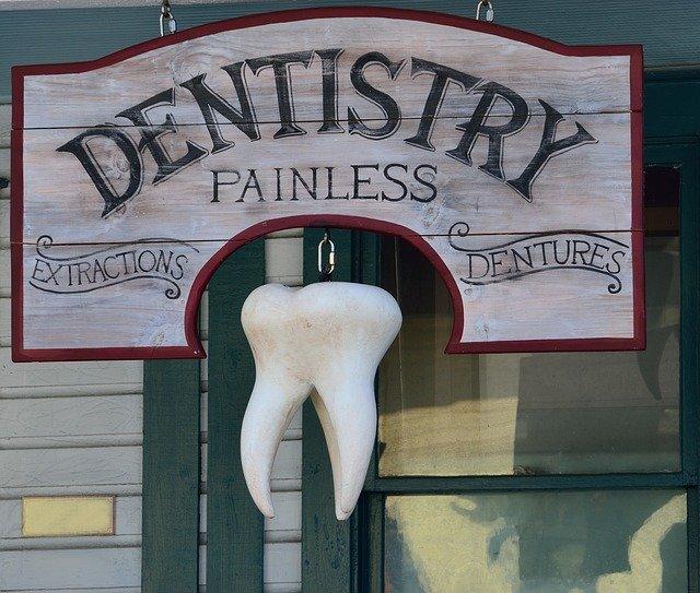 手元が見えなくて困っている歯科医師の方必見!近くの見え方にこだわっ たメガネ、あります。