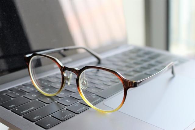 目が疲れやすいときの原因はコレだ!パソコン生活で疲れない目の使い方を知り、ベストなメガネを…