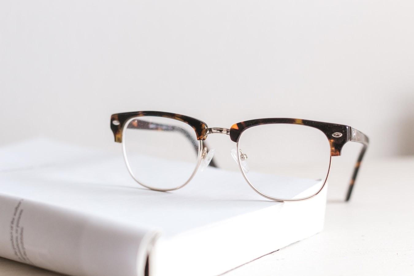 【プロ監修】タイミングはいつ?メガネを買い替える時期や寿命とは